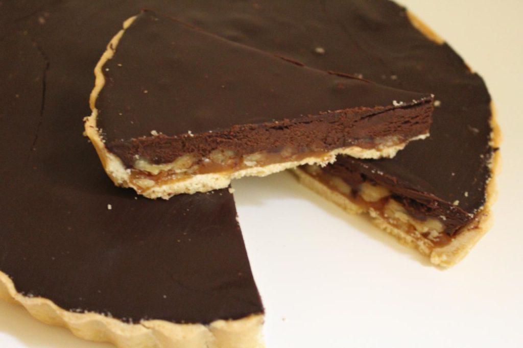 Photo tarte chocolat, caramel au beurre salé, noix