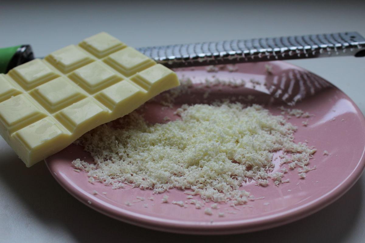 copeaux de chocolat blanc avec une râpe