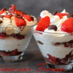 verrines fraises chocolat et chantilly